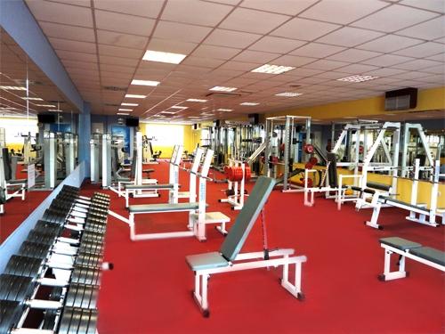 Sala de fitness y mujer en blog de fitness y nutrición