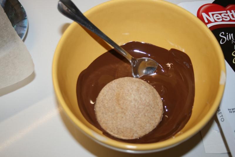 07. Bañar las galletas en chococalte para las galletas choco bombón en blog de recetas fitness