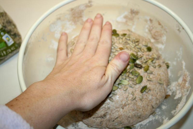 08. Apretar las semillas en el pan integral de espelta